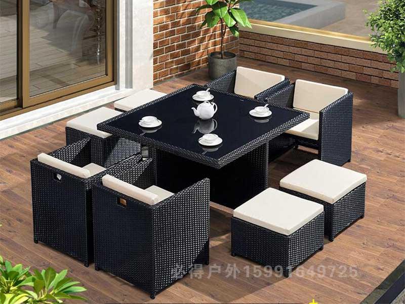 藤编组合桌椅